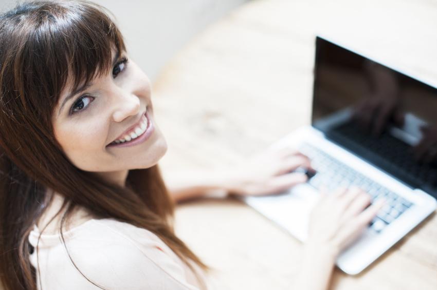 computer-smiling-girl-at